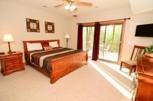 King bedroom, lower level rear