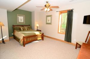 Queen bedroom, lower level front